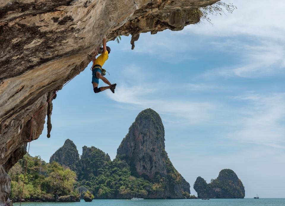 איש מטפס על צוק
