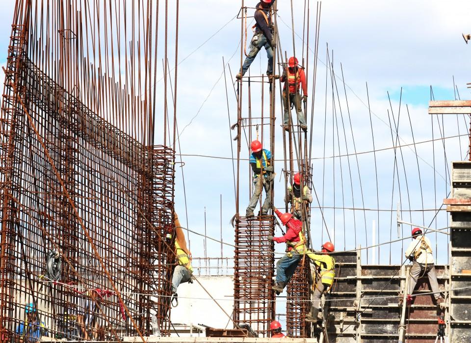 פועלי בניין בונים בניין
