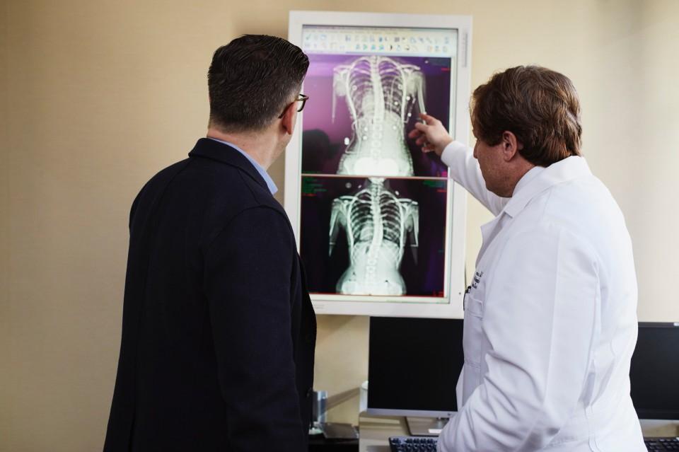 רופא מראה לאדם צילום רנטגן